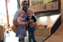 Nathan, assistant maternel à Pau.