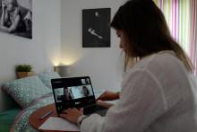 Une femme fait une réunion par webcam alors qu'elle télétravaille à Nice en mai 2020