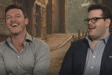 """Luke Evans et Josh Gad incarnent Gaston et Le Fou dans """"La Belle et La Bête"""""""