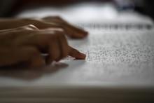 Une personne lisant du braille (illustration)