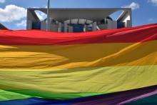 Des militants des droits des homosexuels déploient le drapeau arc-en-ciel, devant la Chancellerie, à Berlin, le 30 avril.