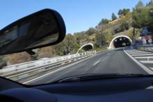 Une voiture d'apprête à entrer dans un tunnel de l'autoroute A8, à Nice