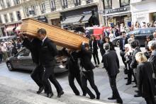 Le cercueil de Pierre Bellemare entre en l'église Saint-Roch sous les applaudissements de la foule