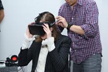 Une femme teste un casque de réalité virtuelle (illustration)