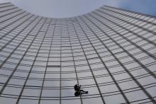 Le grimpeur de 57 ans Alain Robert s'est attaqué cette fois-ci à une immeuble de 154 mètres de haut.