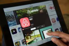 Une personne consultant le site Airbnb (Illustration)