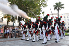 Des hommes habillés en gardes impériaux de Napoléon défilent lors d'une reconstitution à Ajaccio, le 9 août.