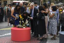 Les familles de victimes se recueillent sur la mosaïque de Miro, sur les Ramblas de Barcelone, vendredi 17 août 2018, un an après les attentats en Catalogne