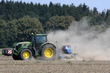 Agriculteurs dans un champ (illustration)