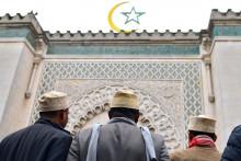 Des fidèles musulmans devant la Grande Mosquée de Paris