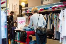Des clients dans un magasin de vêtements (Illustration)