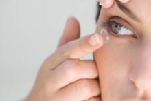 Une femme met des lentilles de contact (illustation)