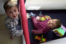 Deux enfants jouent dans leur chambre (illustration)