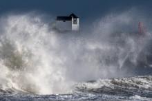 Des vagues s'écrasent sur une jetée dans l'ouest de la France, le 28 décembre 2020, alors que la tempête Bella a provoqué des pluies torrentielles et des vents violents dans une grande partie du pays.