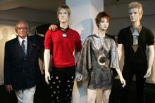 Pierre Cardin avec des mannequins portant ses créations, en 2006.