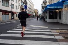 Les médecins recommandent de marcher trente minutes par jour pour garder une bonne santé.