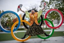 Une Japonaise devant les anneaux olympiques à Tokyo le 19 décembre 2020