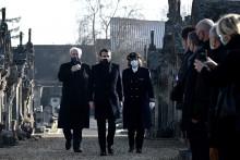 Le président français Emmanuel Macron arrive avec le préfet de Charente Magali Debatte et l'ancien ministre Hubert Vedrine