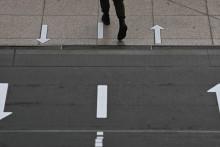 Des marques au sol pour faire respecter la distanciation physique. (Illustration)