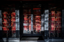 Des chaises stockées dans un restaurant fermé de l'avenue des Champs-Elysées à Paris, le 12 novembre 2020 montre