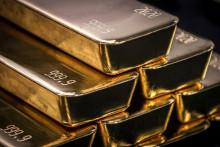 Des lingots d'or sont photographiés après avoir été inspectés et polis à la raffinerie ABC de Sydney le 5 août 2020.