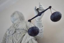 Une photo prise le 19 septembre 2017 au palais de justice de Rennes montre une statue de la déesse de la justice équilibrant les balances.