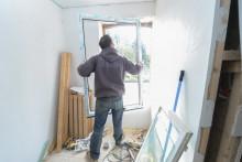 Un homme effectuant des travaux dans une maison en cours de renovation