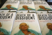 """Des exemplaires du livre """"Mort d'un dissident"""" par Alex Goldfarb et Marina Litvinenko affichés lors d'une conférence de presse pour le lancement du livre à la Foreign Press Association à Londres, le 19 juin 2007."""
