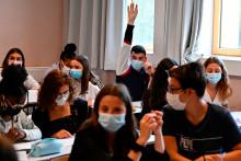 Des élèves masqués dans une salle de classe.