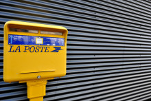 Une boîte aux lettres La Poste (illustration).