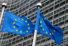 Des drapeaux de l'Union européenne flottent devant le siège de la Commission européenne à Bruxelles le 11 mars 2021.