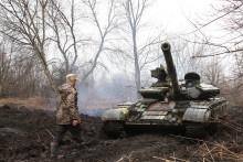 Des militaires ukrainiens sur leur char près de la ligne de front avec des séparatistes soutenus par la Russie près de Lysychansk, dans la région de Lougansk, le 7 avril 2021.