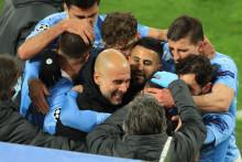 Les joueurs de Manchester City entourent leur entraîneur Pep Guardiola, après leur qualification en demi-finales de la Ligue des Champions