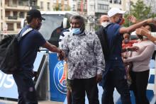 Isaac Kimpembe sert la main de Neymar devant le Parc des Princes, le 24 août 2020 à Paris.
