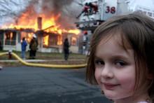 Disaster Girl est un mème Photoshop dans lequel une photo d'une jeune fille souriante est superposée à des images d'accidents, ce qui implique qu'elle a causé le chaos représenté en arrière-plan.