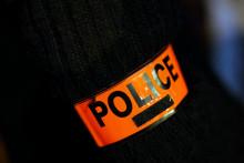 Photo d'un brassard de police prise à Créteil le 8 décembre 2020 (illustration).