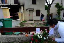 Une femme déposant des fleurs devant la maison où a été tuée Chahinez, à Mérignac.