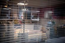 Un soignant s'occupe d'une patiente malade du coronavirus à l'hôpital AP-HP Louis Mourier de Colombes, le 4 mai 2021.