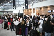 Des voyageurs masqués attendent à l'aéroport d'Orly, au sud de Paris, le 1er août 2020. (Illustration)