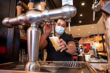 Un restaurateur teste la pompe à bière dans son restaurant parisien, le 7 mai, avant la réouverture des terrasses des restaurants et cafés prévue le 19 mai 2021.