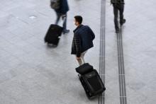 Un voyageur dans le hall des départs de la gare de Lyon à Paris, le 18 décembre 2020. (Illustration)