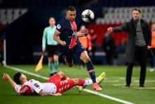 Kylian Mbappé avec le PSG face au Monégasque Guillermo Maripan au Parc des Princes le 21 février 2021
