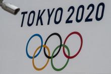 Photo d'une bannière des Jeux Olympiques de Tokyo 2020 affichée sur le mur du bâtiment du gouvernement métropolitain à Tokyo, le 13 avril 2021.