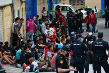 Des migrants secourus par la Croix-Rouge, dans l'enclave espagnole de Ceuta (illustration)