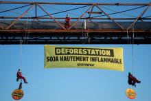 Des militants de Greenpeace bloquant un entrepôt dans le port de Saint-Nazaire le 31 mai 2021