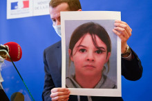 Le procureur Nicolas Heitz tient le portrait de Mia Montemaggi lors d'une conférence de presse à Epinal, le 14 avril 2021, à la suite d'une alerte d'enlèvement qui a été déclenchée pour la fillette de huit ans le 13 avril.