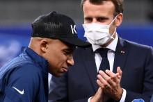 Emmanuel Macron et Kylian Mbappé après la victoire du PSG en Coupe de France face à l'AS Saint-Étienne le 24 juillet.