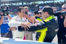 Helio Castroneves (à gauche) félicité par Simon Pagenaud à l'arrivée des 500 miles d'Indianapolis