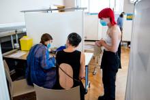 Une adolescente française se fait vacciner contre le coronavirus dans un centre de vaccination parisien, le 15 juin 2021