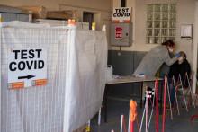 Un membre des marins-pompiers de Marseille prélève un échantillon d'écouvillon auprès d'un collègue pour un test PCR à Marseille, le 19 janvier 2021. (Illustration)